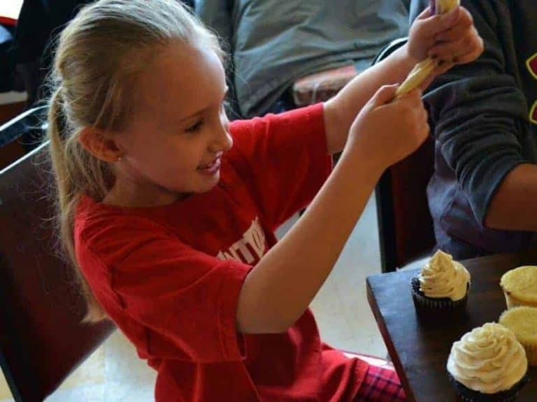 kids decorating cupcakes at sugarfuse workshop